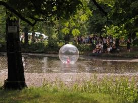 bublina se nafukuje, přitom pěkně poletuje